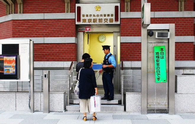 Hàng ngày rất nhiều người đến gặp cảnh sát để trao trả của rơi.