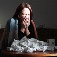 Bị nghẹt mũi khi cảm cúm, nên hỉ ra ngoài hay nuốt đờm xuống bụng thì tốt hơn?