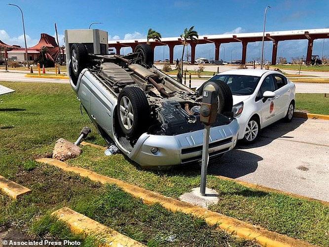 Một chiếc xe bị cơn bão lật nhào.