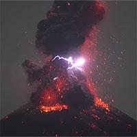 """Núi lửa Indonesia tự bắn ra """"mưa sét"""" khét lẹt khi phun trào"""