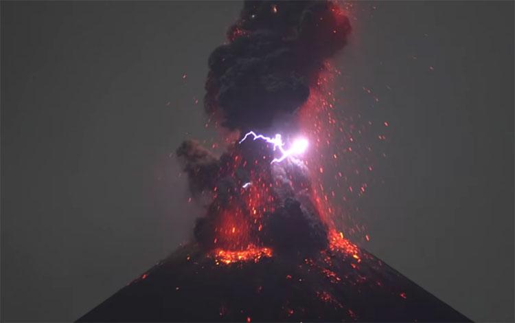 Núi lửa bắn tro bụi và dung nham lên bầu trời đêm.