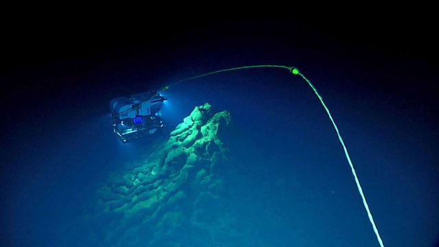 Những tầng dung nham mới xuất hiện dưới khe nứt Mariana sau các vụ phun trào núi lửa.