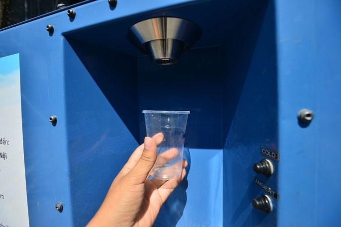 Trước đó, công ty Water-Gen đã tặng một chiếc máy tạo nước từ không khí cho UBND TP Hà Nội với kích cỡ nhỏ hơn