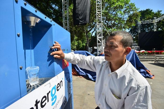 Theo anh Nghiêm Đình Bảy (kỹ sư vận hạnh máy), chiếc máy có khả năng ngưng tụ hơi nước thành nước tinh khiết phù hợp với công sở, trường học...
