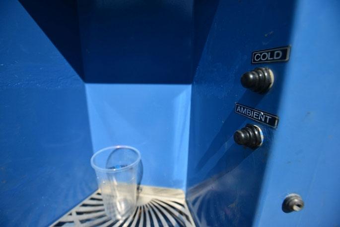 Máy có hai chế độ cấp nước nóng và lạnh.