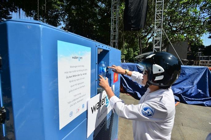 Cô Đặng Thanh Vân (Hà Nội) lần đầu sử dụng chiếc máy lọc nước từ không khí.