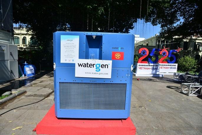 Thiết bị lọc nước chuyển đổi không khí thành nước tinh khiết đang được đặt tại khu vực tượng đài Lý Thái Tổ.