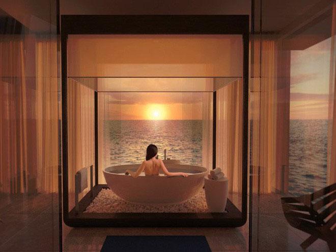 Tầng trên cũng có thêm bồn tắm với tầm nhìn hướng ra biển