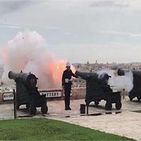 Bồ câu bay trước họng pháo đúng lúc khai hỏa và cái kết thảm