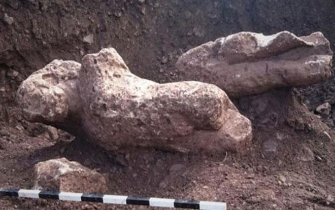 Các bức tượng nam giới khỏa thân được phát hiện ở thị trấn Atalanti.
