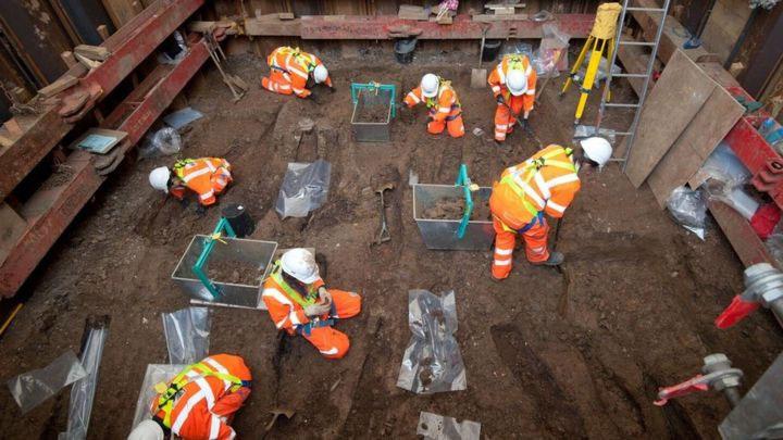 Công trường dày đặc bóng áo cam của các nhà khảo cổ