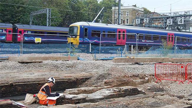 Một nhà khảo cổ đang làm việc trên đường tàu chết chóc