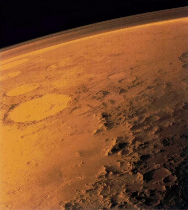 Bầu khí quyển mỏng manh của Hỏa Tinh, nhìn từ chân trời trong bức ảnh chụp từ quỹ đạo thấp.