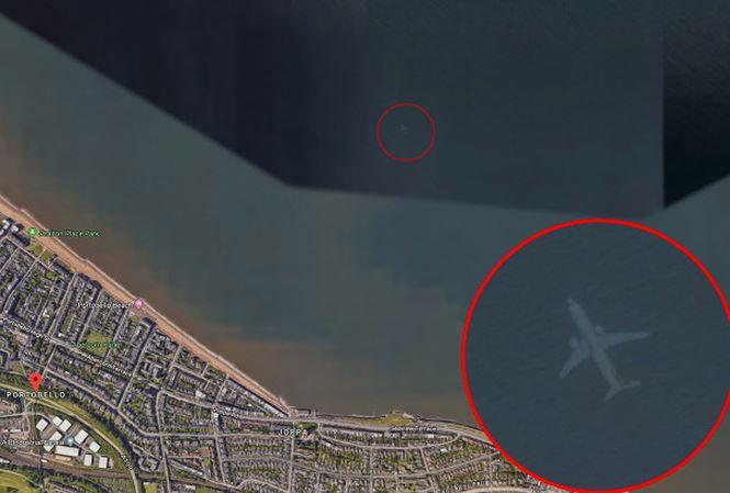 Hình ảnh trên Google Earth cho thấy một chiếc máy bay đang ở dưới biển.