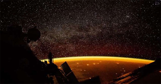 Khoảnh khắc khí huy bao phủ Trái đất.