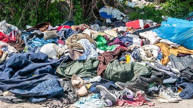 Mỗi năm, có tới hàng trăm triệu chiếc quần áo bị vứt đi.