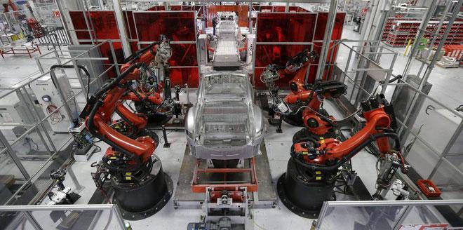 Các robot tự động trong nhà máy của Tesla.