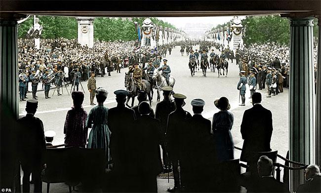 Nguyên soái Douglas Haig chào kiểu nhà binh trước Vua George Đệ Ngũ trong buổi lễ duyệt binh Ngày Hòa bình 19/7/1919.