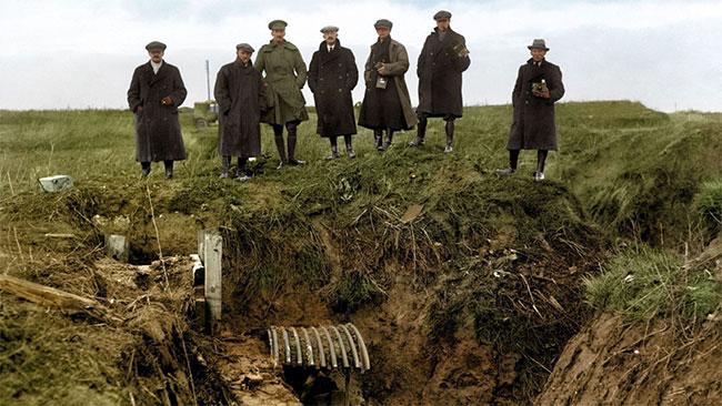Các nhà báo và phóng viên ảnh từ nhiều hãng tin châu Âu đến khảo sát một giao thông hào bị quân nhân Đức bỏ lại