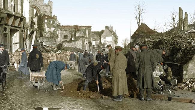 Các tù binh chiến tranh người Đức được giao nhiệm vụ thu dọn chiến trường