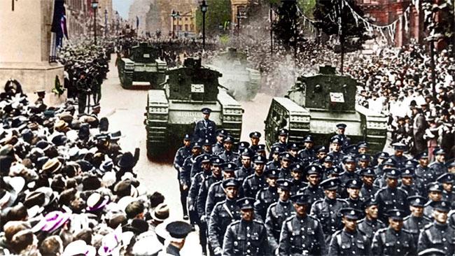 Xe tăng và bộ binh Anh diễu hành dọc theo đại lộ Whitehall, khu vực Westminster