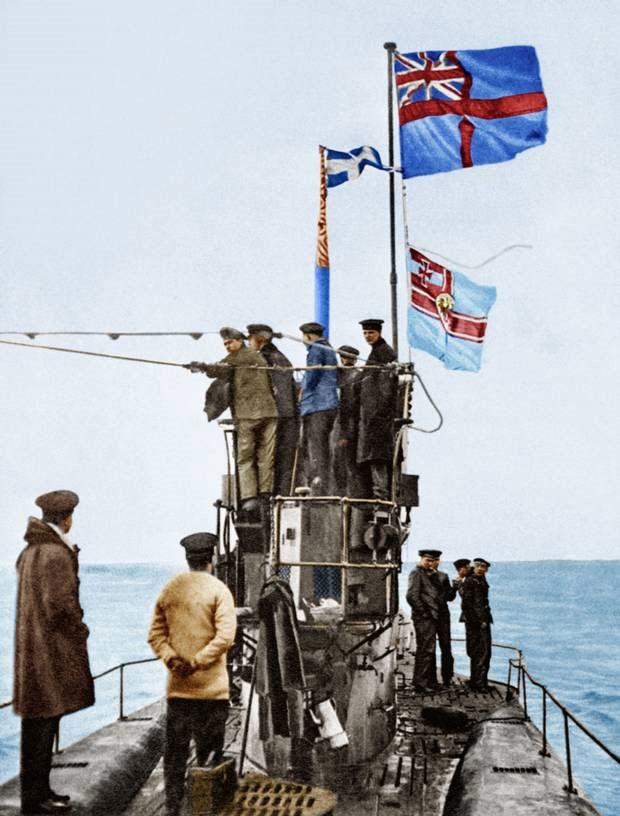Ảnh chụp trên boong tàu ngầm U-48, một trong số 39 tàu ngầm của hải quân Đức đầu hàng phe Hiệp ước.