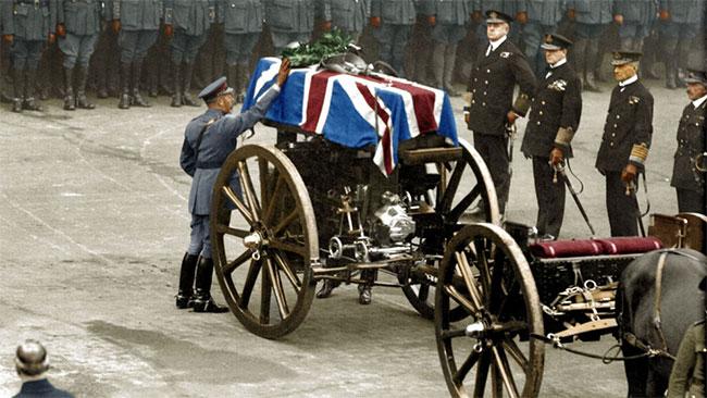 Ngày 11/11/1920, vua George Đệ Ngũ đặt vòng hoa tưởng niệm lên quan tài của một liệt sĩ không tên