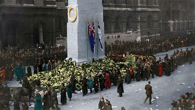 Hàng nghìn người Anh đến Bia tưởng niệm liệt sĩ không tên tại trung tâm thủ đô London vào ngày 11/11/1920.