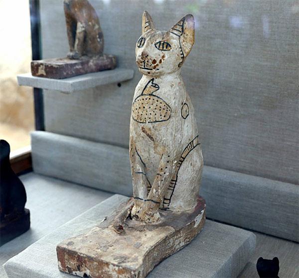 Các nhà khảo cổ cũng tìm thấy nhiều cổ vật và hiện vật quý.