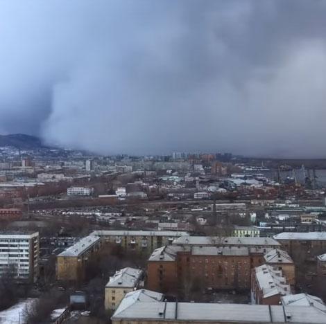 Sau khi tràn vào thành phố, trận bão tuyết đã phủ trắng toàn bộ nhà cửa và đường xá.