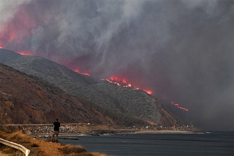 Vụ cháy khủng khiếp nhìn từ xa.