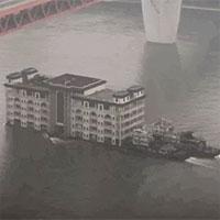 Chỉ có thể là Trung Quốc: Chở hẳn một tòa nhà 5 tầng trên sông bằng tàu vận tải