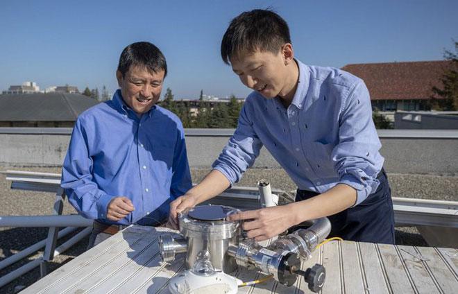 Các nhà khoa học thử nghiệm công nghệ pin Mặt trời mới.