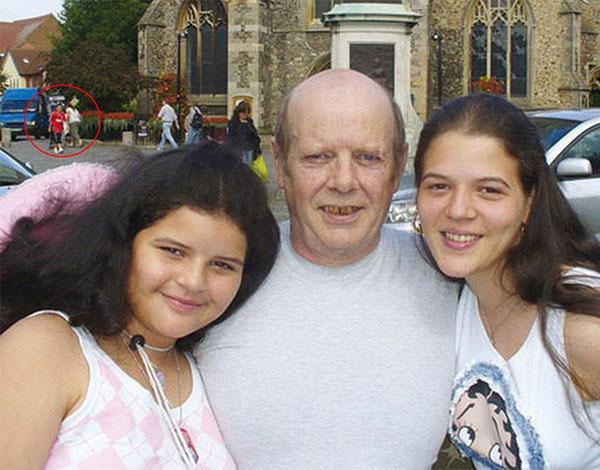 Bức ảnh chụp gia đình ông Dick, Lisa xuất hiện ngay phía sau.