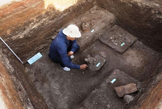Nhà khoa học phát hiện mộ cổ của cư dân Sa Huỳnh ở Suối Chình, Lý Sơn.