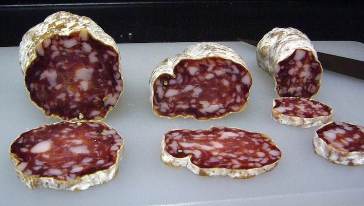 Xúc xích salami được bảo vệ bởi một lớp nấm mốc lành tính.