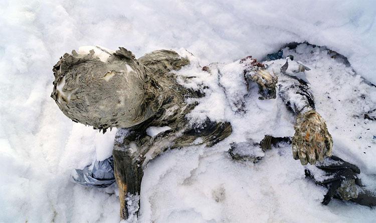 Một trong ba xác ướp được đội cứu hộ đào lên từ lớp tuyết.