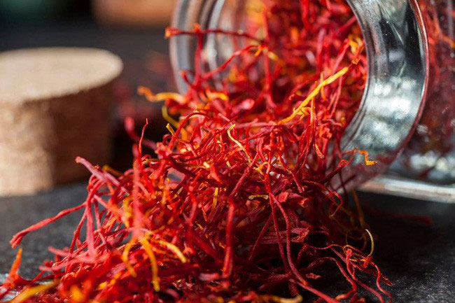 Saffron khi mua nên có màu đỏ thẫm tươi sáng.