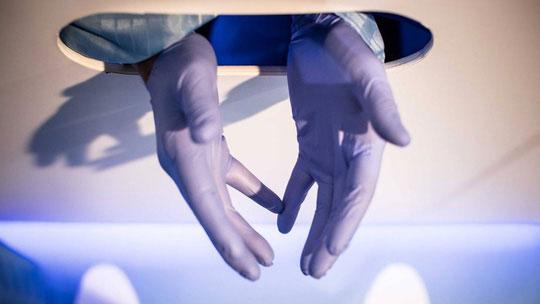 Bác sĩ sẽ thò tay qua vách ngăn và kiểm tra tinh hoàn bệnh nhân, hoàn toàn ẩn danh