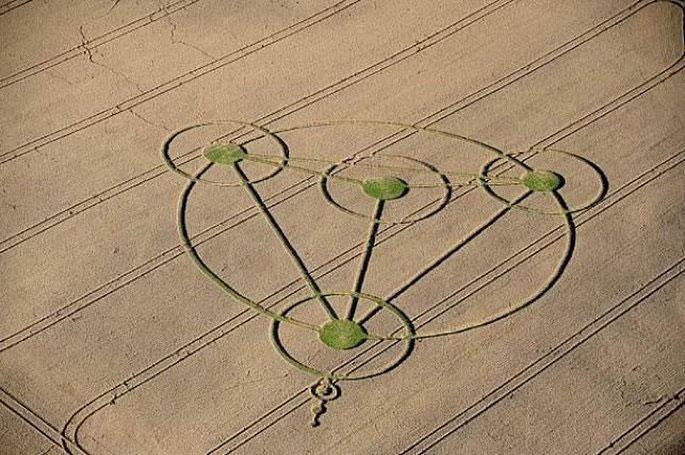 Các vòng tròn bí ẩn Silbury Hill trên một cánh đồng lúa mì.