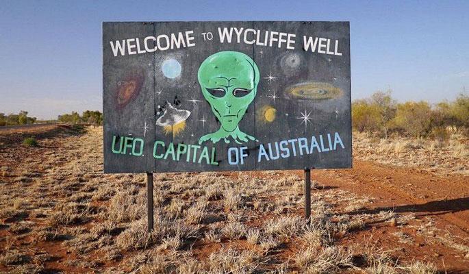 """Người dân Wycliffe Well dựng bảng hiệu chào đón đến với """"thủ đô của người ngoài hành tinh""""."""