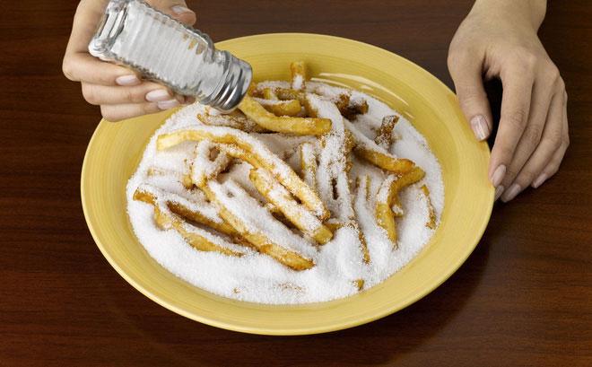 Thực phẩm nhiều muối có thể kích thích niêm mạc dạ dày.
