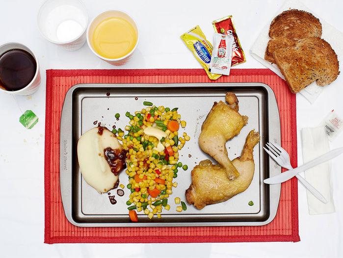 Ronnie Threadgill (40 tuổi) với bữa ăn đặc biệt gồm gà nướng, khoai tây nghiền, rau, đậu Hà Lan, bánh mì và rượu.