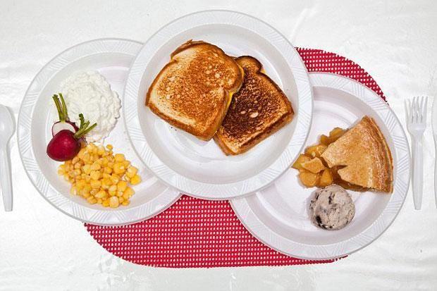 Bữa ăn cuối của Stephen có bánh sandwich phô mai, hỗn hợp bắp và kem, bánh đào, kem chocolate, củ cải đỏ.
