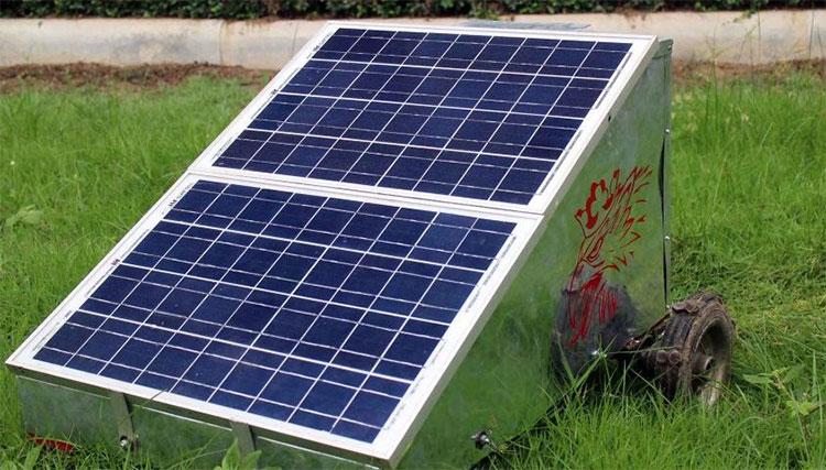 Chiếc máy cắt cỏ bằng năng lượng mặt trời được điều khiển từ xa này có vẻ ngoài thật đơn giản.