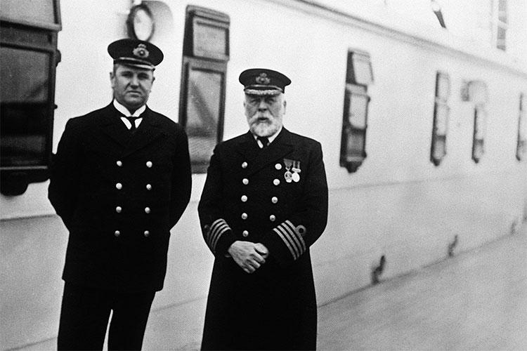 Thuyền trưởng Edward John Smith (bên phải)