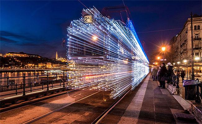 Đoàn tàu như được tạo ra từ hàng ngàn tia sáng.