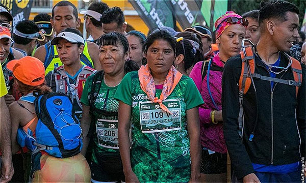 Cô gái Tarahumara (số 109) giành giải nhất cuộc chạy marathon mà không cần một thiết bị thể thao hỗ trợ nào.