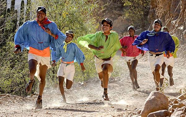 Người Tarahumara chạy bộ như niềm vui trên đôi giày bằng vỏ cao su.