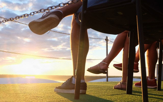 Ngồi vắt chéo chân có thể khiến dây thần kinh hông bị tê, ngứa và lâu dần gây ra tổn thương.